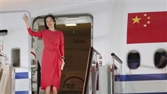 Đằng sau tấm thảm đỏ trải từ cửa máy bay của 'công chúa Huawei'
