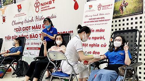 Hàng nghìn người 'Gửi giọt máu đào - Tiếp sức đồng bào thắng dịch'