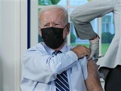 Tổng thống Mỹ Joe Biden tiêm mũi vaccine COVID-19 thứ 3