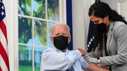 Tổng thống Mỹ Biden 'làm nên lịch sử' khi tiêm mũi 3 vắc xin, trực tiếp trên truyền hình