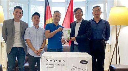 Tổng Lãnh sự quán Việt Nam tại Frankfurt tiếp nhận khẩu trang do công ty KVN trao tặng