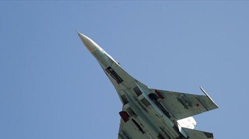 Tiêm kích Su-27 của Nga bay kèm do thám RC-135 Mỹ trên Biển Đen