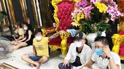 8 khách hát karaoke 'phê' ma túy bỏ chạy khi cảnh sát ập vào kiểm tra