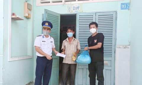 Cảnh sát biển Việt Nam tặng quà, tiền cho ngư dân khó khăn ở huyện Cần Giờ
