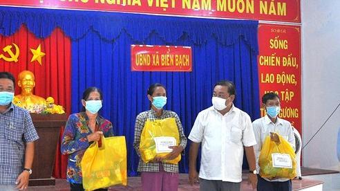 Cà Mau trao gần 37 nghìn túi quà cho người dân khó khăn