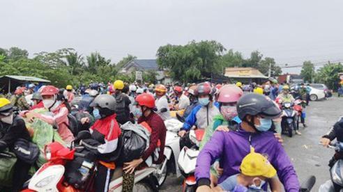 Gần 1.000 người dân tự phát về quê mắc kẹt tại Long An