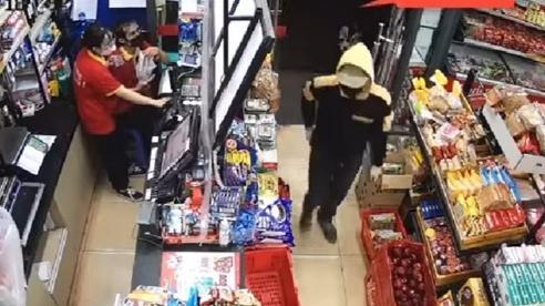 Hà Nội: Công an truy tìm đối tượng vào siêu thị cướp tài sản ở Phúc Diễn
