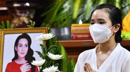 Hình ảnh các con Phi Nhung đeo khăn tang khiến khán giả chạnh lòng