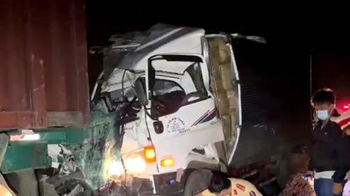 Xe tải đâm đuôi xe đầu kéo, 2 người tử vong