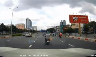 Nóng trên đường: Thót tim cảnh xe máy tự 'xoè' ngay trước mũi ô tô
