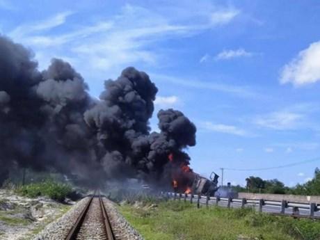 Quảng Trị: Xe tải lao vào dải phân cách rồi bốc cháy dữ dội