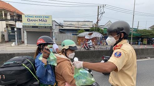 CSGT TPHCM tặng quà cho người dân trên đường về quê