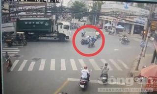 TPHCM: Va chạm ngã ra đường, một người bị xe rác cán tử vong