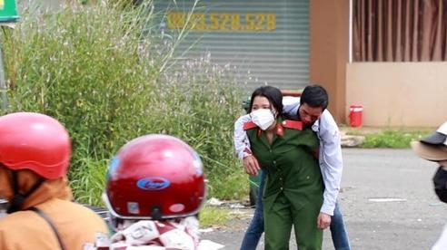 Xúc động hình ảnh nữ học viên cảnh sát cõng người dân bị nạn trên đường về quê