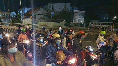 Người dân tiếp tục chạy xe máy xuyên đêm về quê