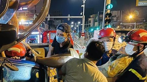 Phá cửa giải cứu tài xế mắc kẹt trong cabin ở Đà Nẵng