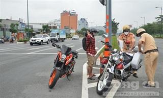 CSGT Công an TPHCM phạt nhiều người đi ngược chiều, vượt đèn đỏ