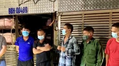 Phát hiện 4 người trốn trong xe chở lợn để 'thông chốt' kiểm dịch