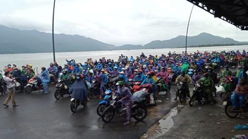 Cận cảnh: Hàng ngàn người dân đi xe máy về quê dưới cơn mưa tầm tã