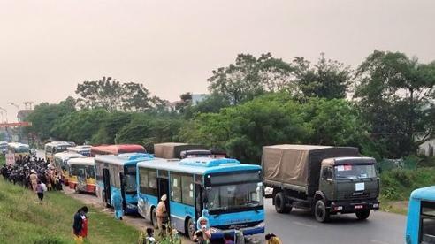 Xe buýt hỗ trợ trung chuyển khoảng 1.900 người di chuyển về địa phương