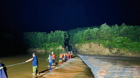 Quảng Trị: Xuyên đêm cứu hộ 3 người bị cô lập do đập nước chảy xiết