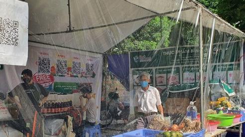 Độc đáo những gian hàng đổi rác lấy thực phẩm 'mọc' lên giữa Thủ đô