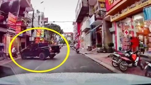 Ô tô 'bon chen', bị xe bán tải quay đầu đâm trúng