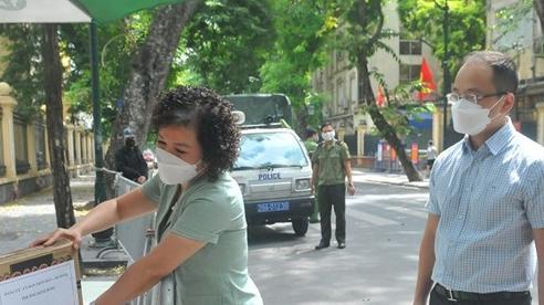 Quận Hoàn Kiếm: Tặng quà, động viên bệnh nhân, người ở trọ, lao động tự do trong khu cách ly y tế chùm ca bệnh BV Việt Đức