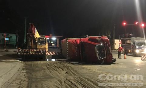 Xe container lật nhào trong khu công nghiệp Sóng Thần