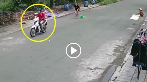 Người phụ nữ bị cướp giật dây chuyền ngay trước cửa nhà