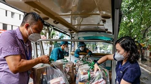 Thăm hỏi, tặng quà nhân dịp 10/10 người dân trong khu cách ly liên quan chùm ca bệnh Covid-19 BV Việt Đức