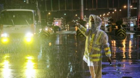 Hà Nội: Người và phương tiện ra vào nội đô giảm mạnh do mưa lớn