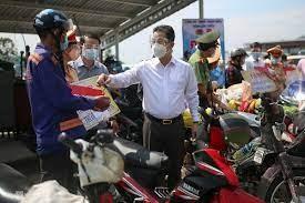 Đà Nẵng: Bí thư Thành ủy trao xe máy mới cho người về quê