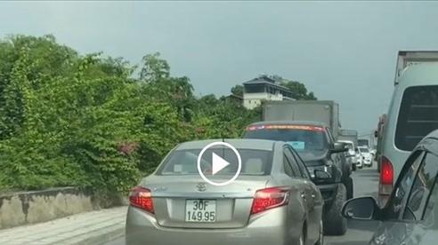 Ô tô 5 chỗ vượt lấn làn bị xe bán tải ép lùi
