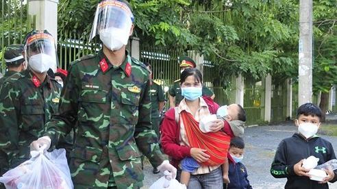 94 người đi bộ từ Long An về Tây Nguyên được TP Hồ Chí Minh đưa xe chở