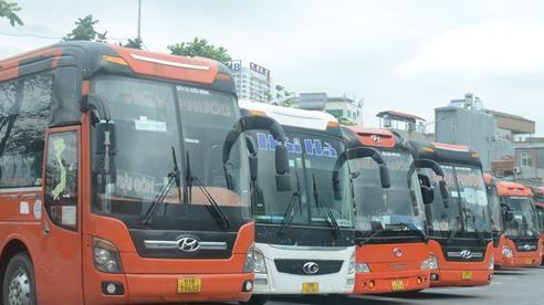 Bến xe khách Hà Nội vẫn vắng lặng, hành khách ngỡ ngàng quay về