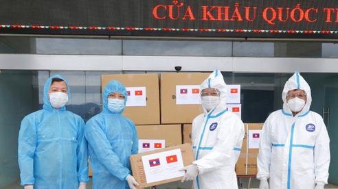 Bộ Công an Việt Nam trao tặng trang thiết bị y tế phòng chống dịch Covid-19 cho Bộ An ninh Lào