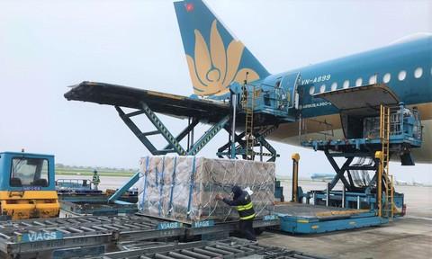 Thêm 560.000 liều vaccine và 12,5 tấn vật tư y tế về Việt Nam