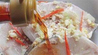 Không phải rửa muối hay rượu, cá ngâm vào thứ nước này nấu mềm ngon đậm đà, thịt thơm chắc, không nát, không tanh