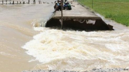 Vỡ bờ bao ngăn nước vùng sản xuất nông nghiệp ở Thái Bình
