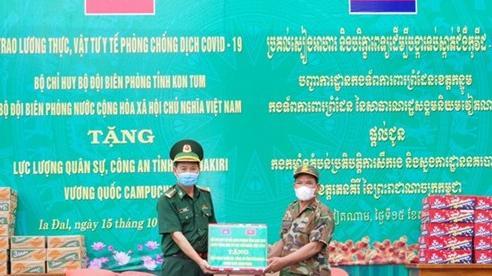 BĐBP Kon Tum hỗ trợ lương thực, vật tư y tế cho Tiểu khu Quân sự tỉnh Rattanakiri
