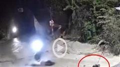 Vấp phải ổ gà trên đường, thanh niên đi xe máy ngã bất tỉnh