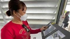 Nghìn người xếp hàng làm thủ tục vào Quảng Ninh, khai báo y tế nhanh gọn