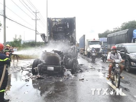 Cháy xe container trên Quốc lộ 1A, tài xế may mắn thoát nạn