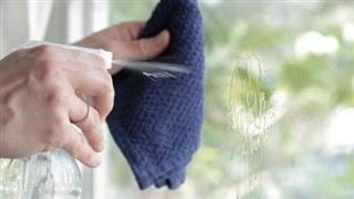 Tự làm nước lau kính sạch bong mà an toàn
