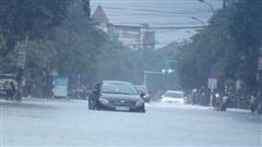 Hà Tĩnh: Mưa lớn kéo dài, phố 'biến' thành sông, nhiều địa phương bị chia cắt