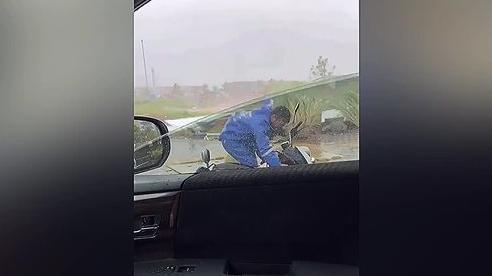 Hành động 'ấm lòng' của 2 tài xế ô tô giữa cơn bão lớn