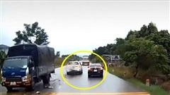 Tài xế vượt phải ẩu khiến xe ô tô khác 'đấu đầu' xe tải