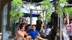 Người Đà Nẵng hồ hởi ra quán ăn sáng, uống cà phê