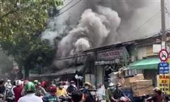 Nhà dân ở TPHCM cháy dữ dội, Cảnh sát PCCC dập lửa không để cháy lan